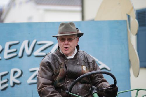 Hardy Hartmann fährt den Traktor vor